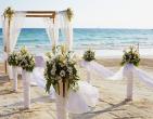 Trang trí hoa tươi khắp không gian tiệc cưới