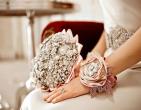 Hoa cưới cầm tay cô dâu vô cùng đơn giản