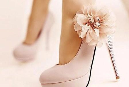 Chọn giày phù hợp với dáng váy cho cô dâu