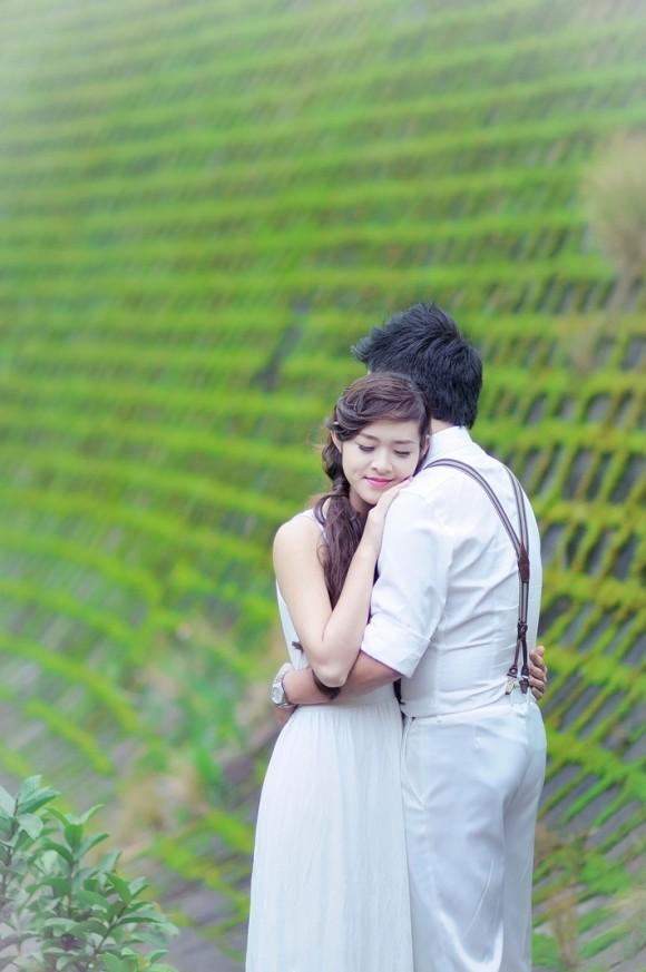 Bức tường nghiêng, rêu xanh phủ là backroup đẹp, làm nổi bật hình ảnh cô dâu chú rể