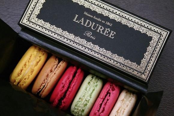 bánh macaron từ cửa hàng La Duree tại Paris – nơi được coi là cửa hàng bán bánh macaron đầu tiên và hiện nay mỗi ngày bán ra hơn 15.000 chiếc