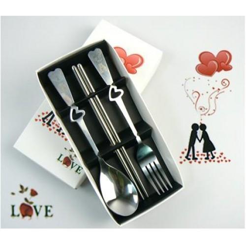 Một bộ muỗng nĩa đẹp xinh cũng sẽ là món quà khách mời độc đáo