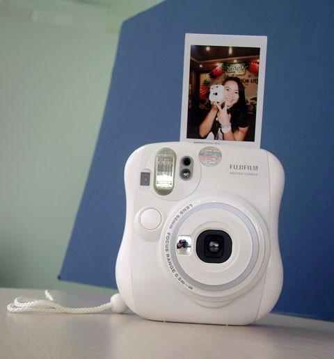 Lúc khách mờii đến hoặc ra về, thay vì kiểu chụp ảnh thông thường, bạn có thể sắp xếp người chụp thêm bức ảnh lấy liền này và trao ngay cho vị khách món quà nóng nổi