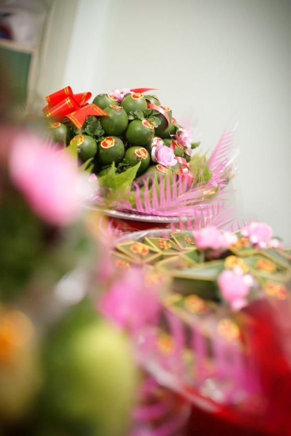 Đặt các dịch vụ cưới: mâm quả, bê quả, trang trí nhà cửa, cổng hoa, chụp ảnh lễ, tiệc cưới, xe hoa, xe ôtô cho họ hàng hai bên…