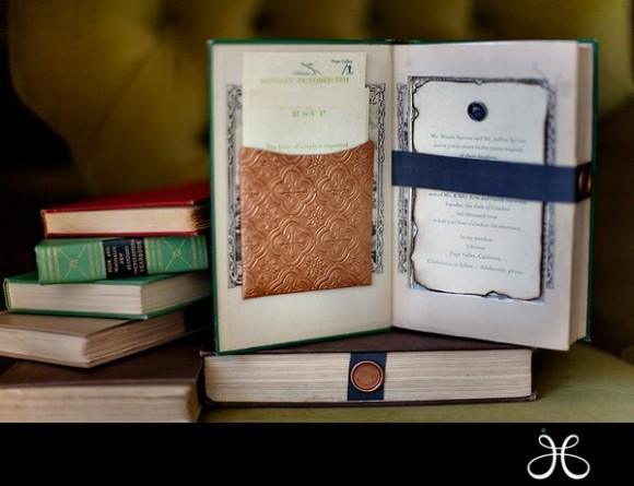 Tấm thiệp cưới ẩn trong một cuốn sách đẹp sẽ là một ý tưởng vô cùng ý nghĩa