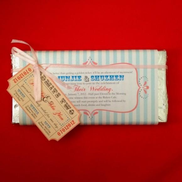 Thiệp cưới đính trên thanh chocolate, rất ngọt ngào phải không nào?
