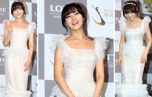 Sun Ye mặc váy cưới cầu kỳ