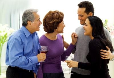 Hãy nhờ những người gần gũi với mẹ chồng khuyên giải